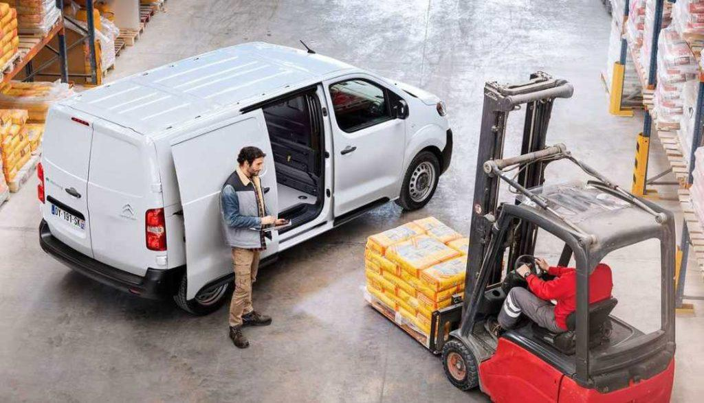 Citroen e-Jumpy Elektroauto wird in Lagerhalle beladen