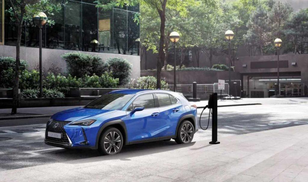 Lexus UX 300e Elektro-SUV wird in der Stadt an einer Säule geladen