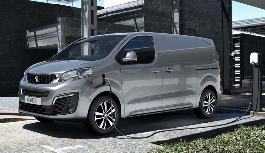 Peugeot e-Expert Elektrotransporter an Ladesäule