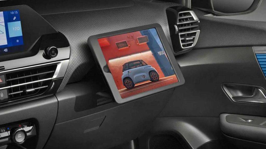 Blick auf den Tablet- und Smartphone-Halter des Citroen e-C4 für den Beifahrer