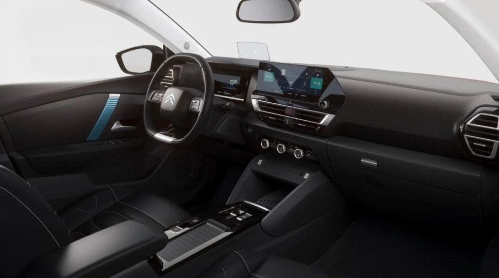 Blick auf das Cockpit des Citroen e-C4 vom Beifahrersitz