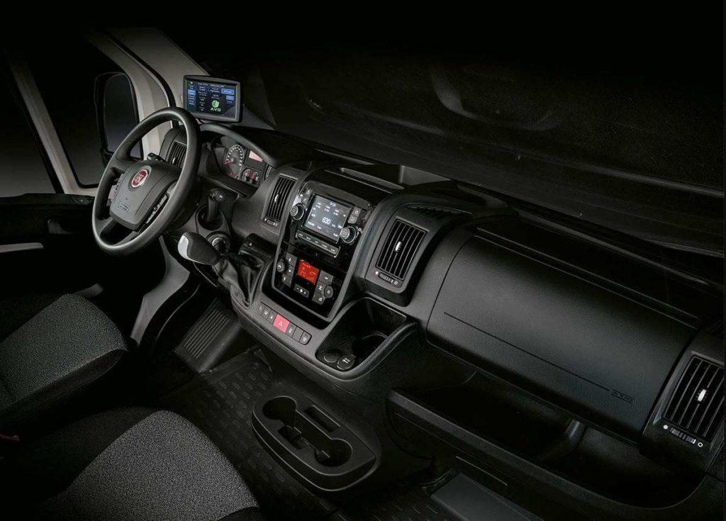 Blick vom Beifahrersitz auf das Cockpit des Fiat E-Ducato