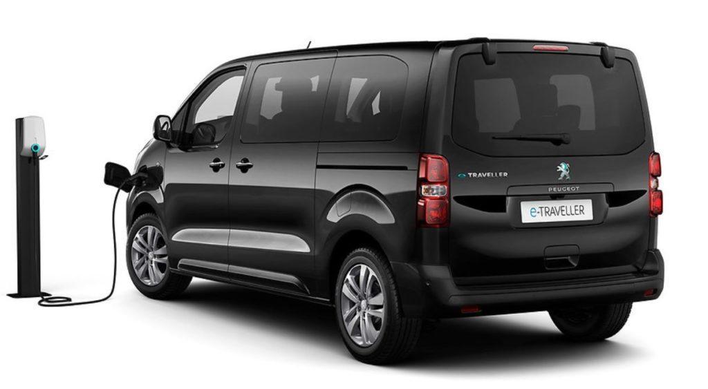 Peugeot e-Traveller wird an einer Ladesäule mit Energie versorgt