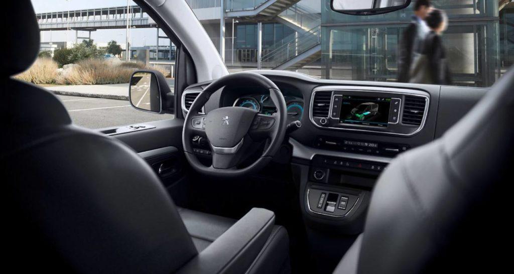 Blick vom Innenraum auf das Cockpit des Peugeot e-Traveller