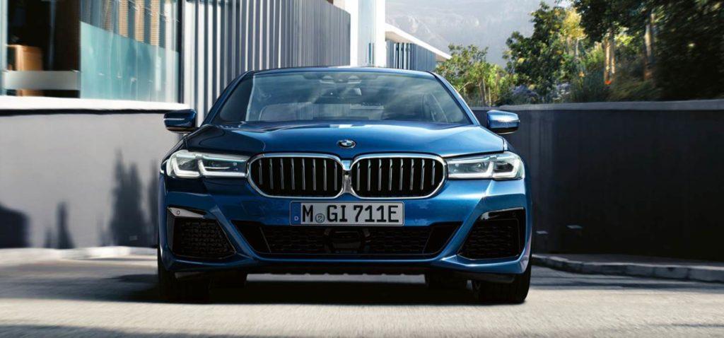 Frontansicht des BMW 5er als Plug-in-Hybrid mit E-Kennzeichen