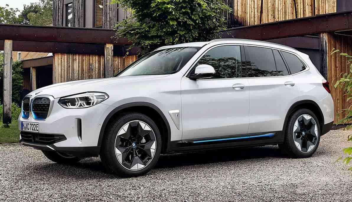 BMW iX3 sortiert sich knapp unterhalb der 70.000 Euro ein