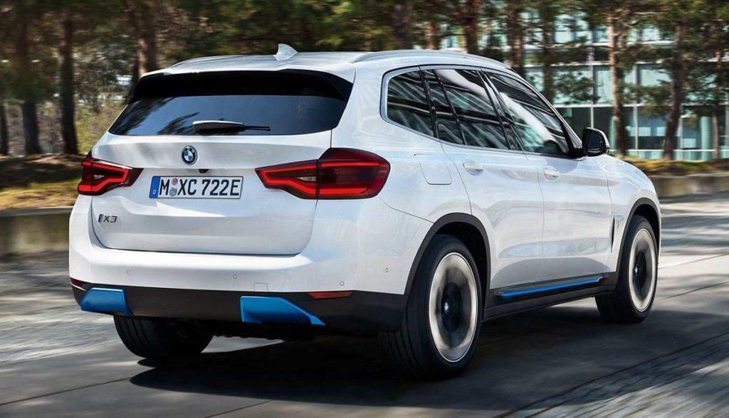 BMW iX3 Perspektive von rechts hinten auf das fahrende SUV