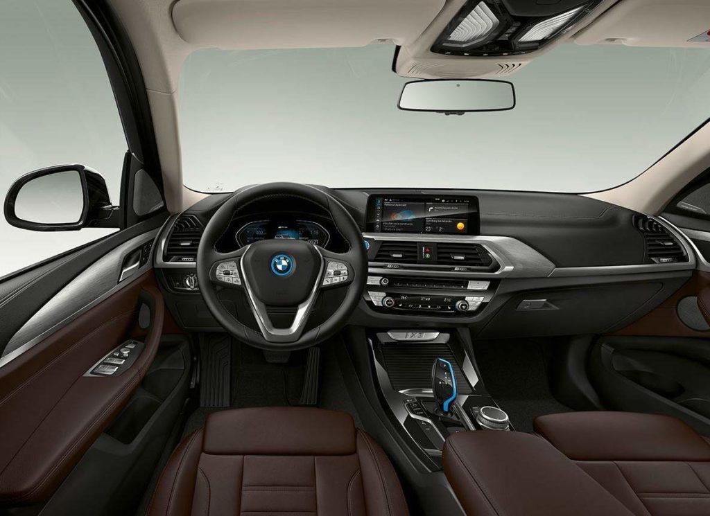 Blick vom Fahrersitz auf das Cockpit des BMW iX3