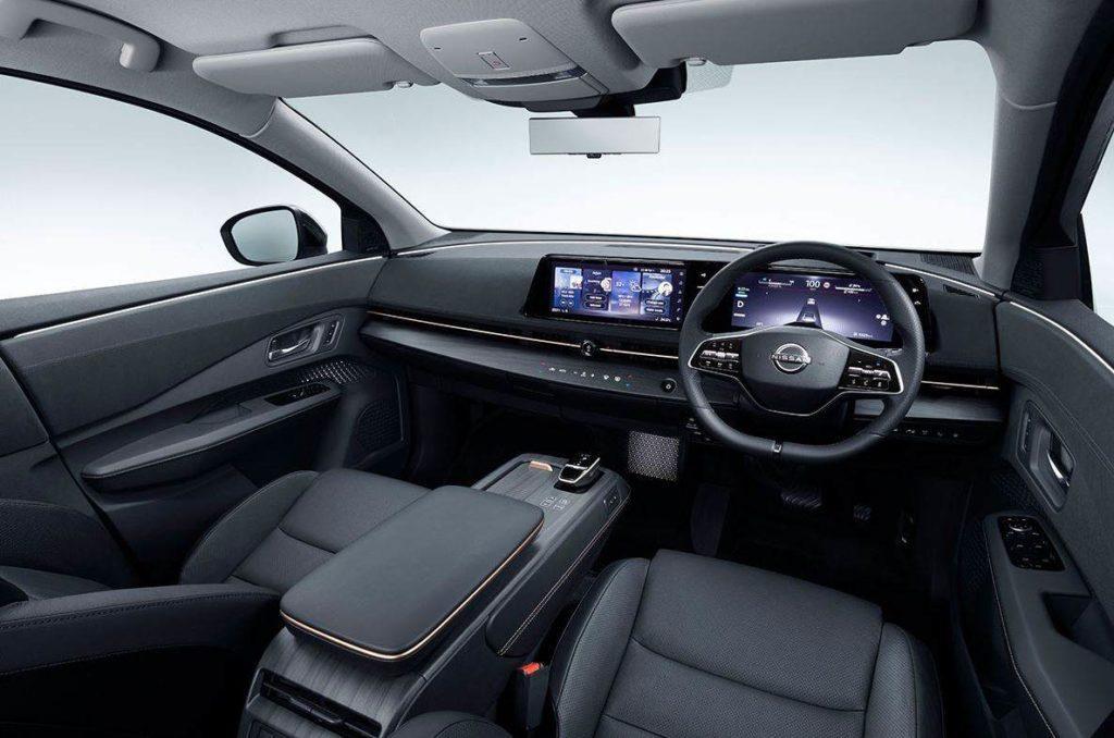 Blick vom Fahrersitz auf das Cockpit des Nissan Ariya