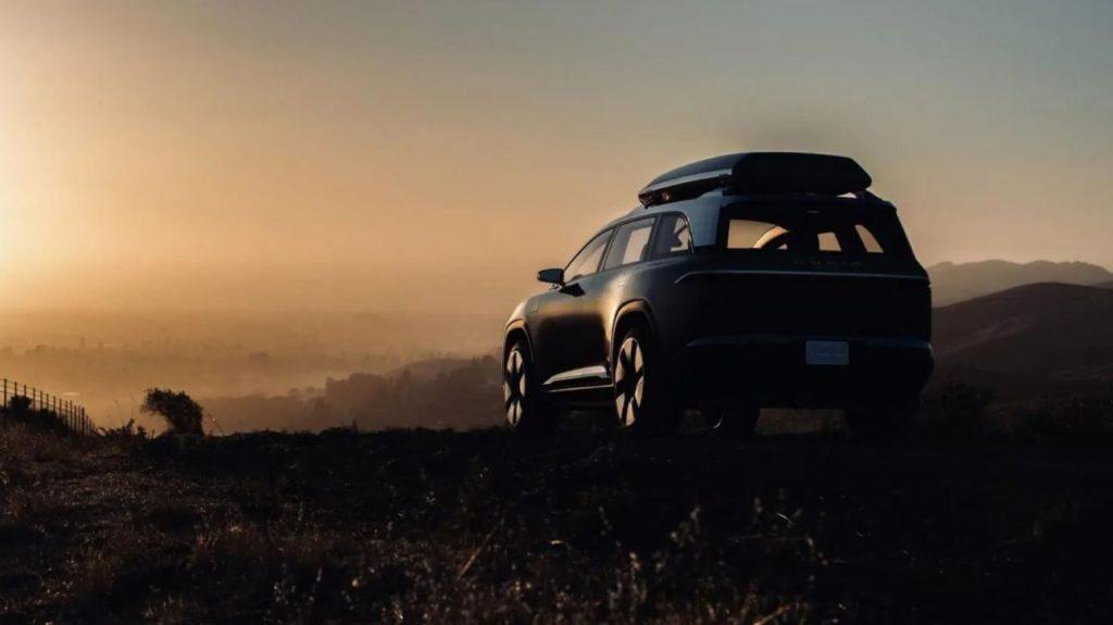 Umrisse des Lucid Gravity SUV auf einem Berg beim Sonnenuntergang stehend