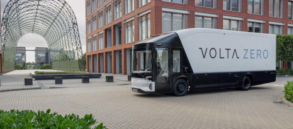 Volta Zero Lkw Seitenansicht auf einem Firmengelände stehend