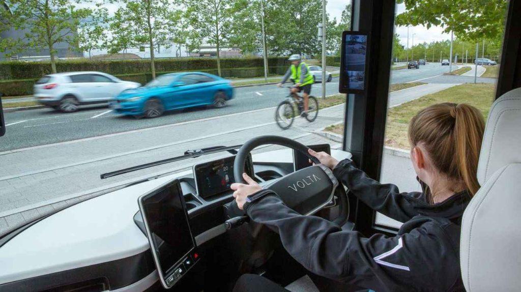 Volta Zero Blick auf das Cockpit mit Fahrerin am Steuer