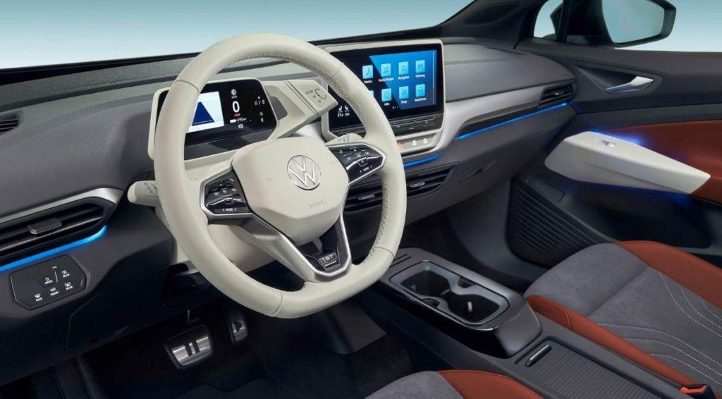 Blick auf das Lenkrad und das Cockpit des VW ID.4