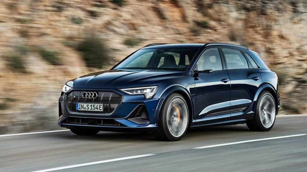 Audi e-tron S fährt an einer Bergwand entlang
