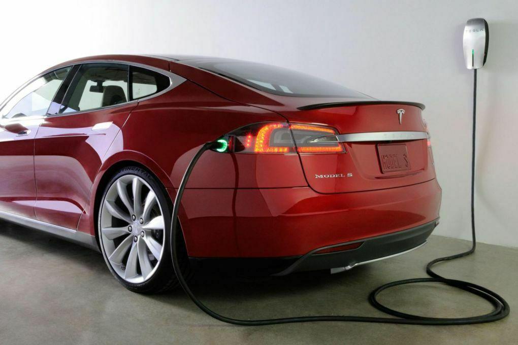 Tesla Model S Ladeanschluss