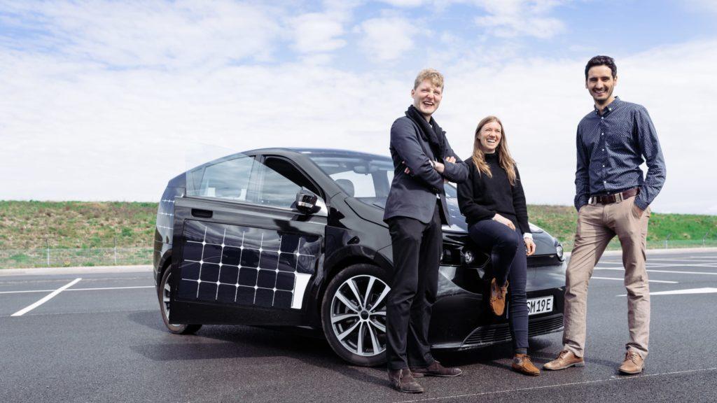Die Gründer von Sono Motors vor ihrem ersten Modell, dem Sion