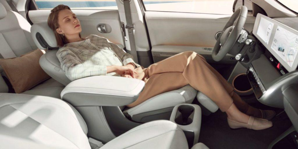 Innenraum Hyundai Ioniq 5 Frau auf Fahrersitz zurückgelehnt