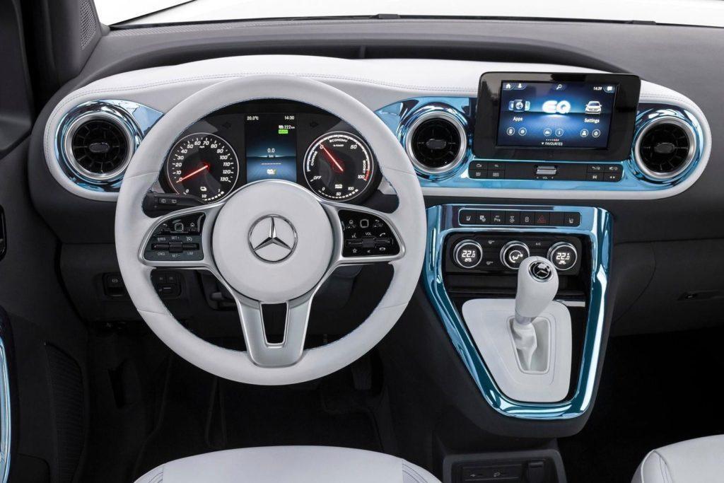 Cockpit des Elektroautos Mercedes EQT mit weißem Lenkrad und Metallic-Akzenten in blau