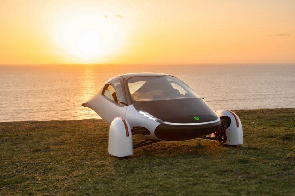 Solarauto Aptera Sol vor dem Sonnenuntergang