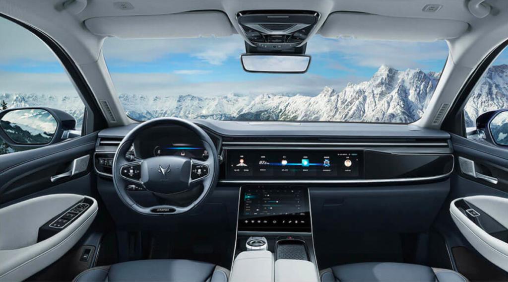 Innenraum des chinesischen Elektro-SUVs Arcfox Alpha-T vor Berglandschaft