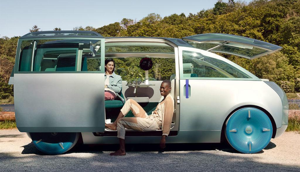 Offene Tür des Elektro-Vans MINI Vision Urbanaut