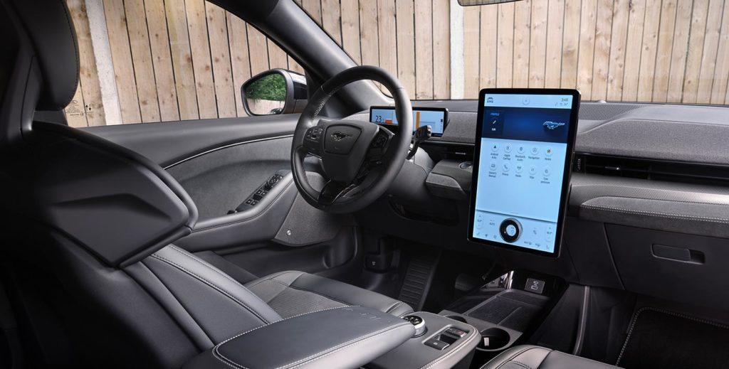 Innenraum des Ford Mustang Mach-E GT mit großem Touchdisplay