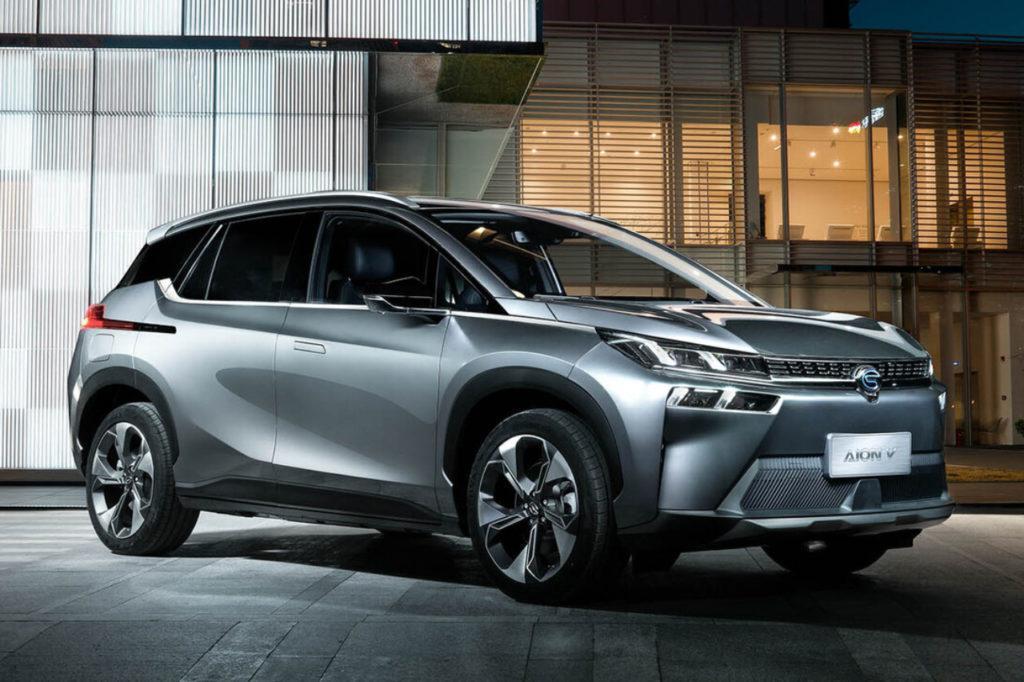Neues Elektroauto des chinesischen Herstellers GAC Group Aion V vor modernem Gebäude