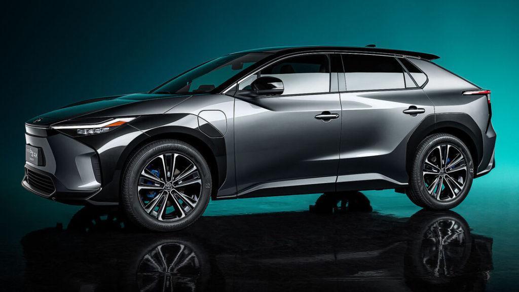 Erste Bilder des Kompakt-SUVs Toyota bZ4X vor einem petrol farbenen Hintergrund