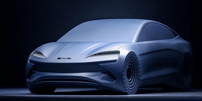 Silhouette des neuen Elektroautos BYD Ocean-X aus China vor schwarzem Hintergrund