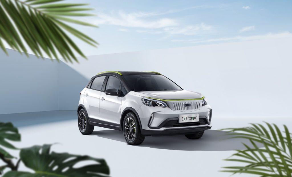 Außenansicht des chinesischen Elektroautos Geometry EX3 in weiß vor einer Urlaubskulisse