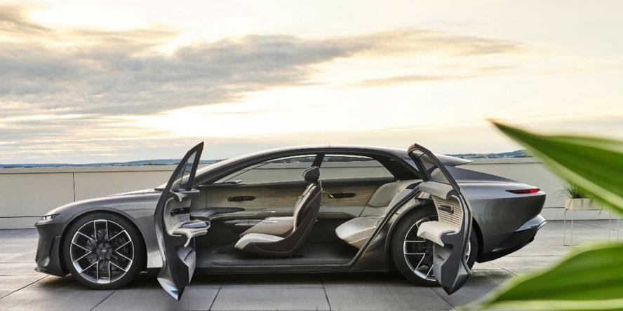 Seitenansicht der neuen Elektro-Limousine Audi Grandsphere Concept mit gegenläufig geöffneten Türen