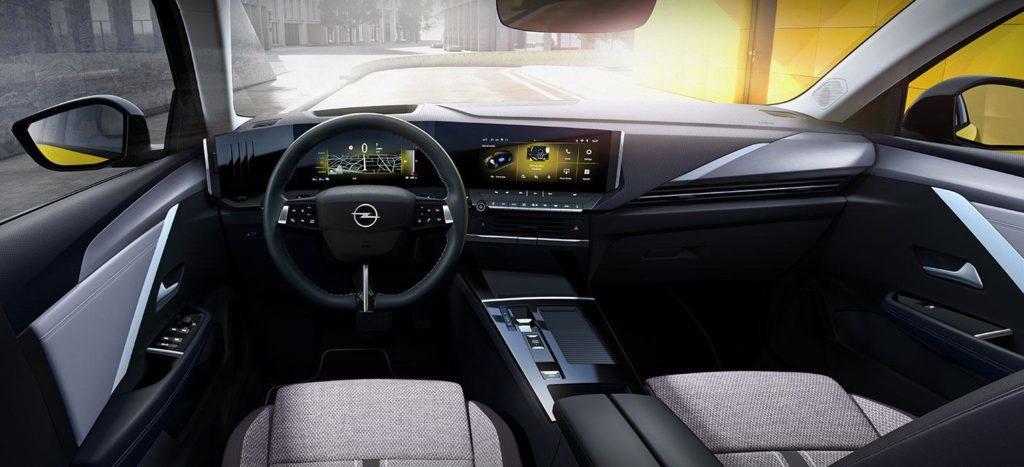 Innenraum des neuen Elektroautos Opel Astra L mit zwei 10-Zoll-Touchdisplays