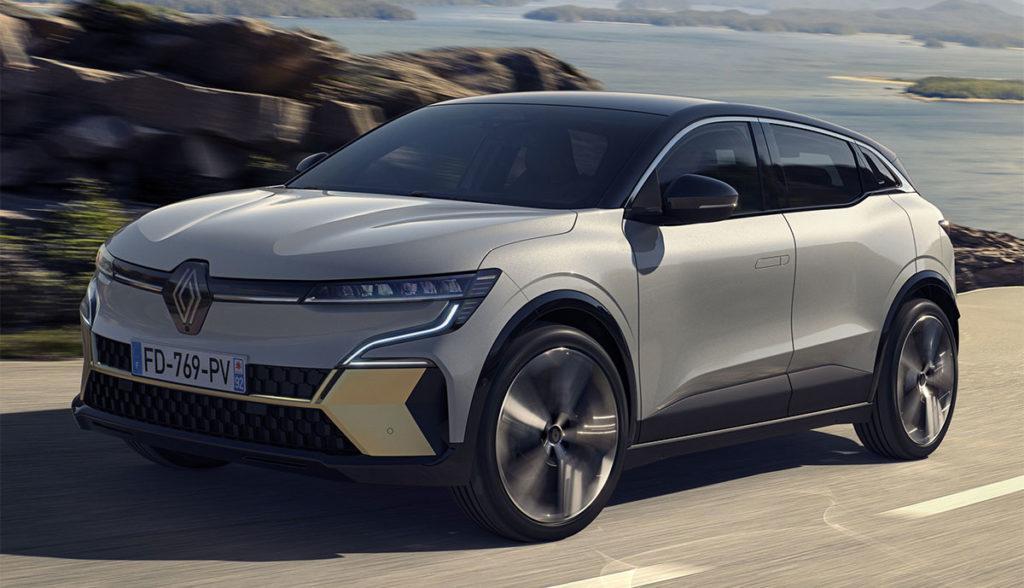 Elektrisches Crossover Renault Mégane E-TECH während der Fahrt auf einer Landstrecke