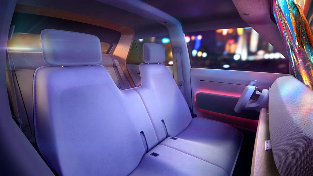 Innenraum des VW ID. Life mit durchgehender Vorderbank und offenem Lenkrad in abendlicher Beleuchtung
