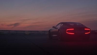 Rückansicht des Schweizer Elektro-Sportwagen Piëch GT mit leuchtenden Bremslichtern in C-Form